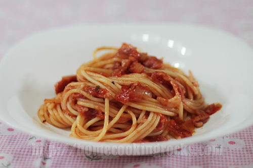spaghetti with bacon and cream cheese topping