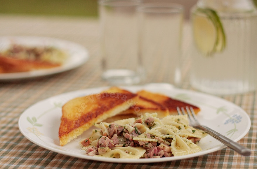 casaveneracion.com Farfalle (bow tie pasta) with ham and pesto. And lime water.