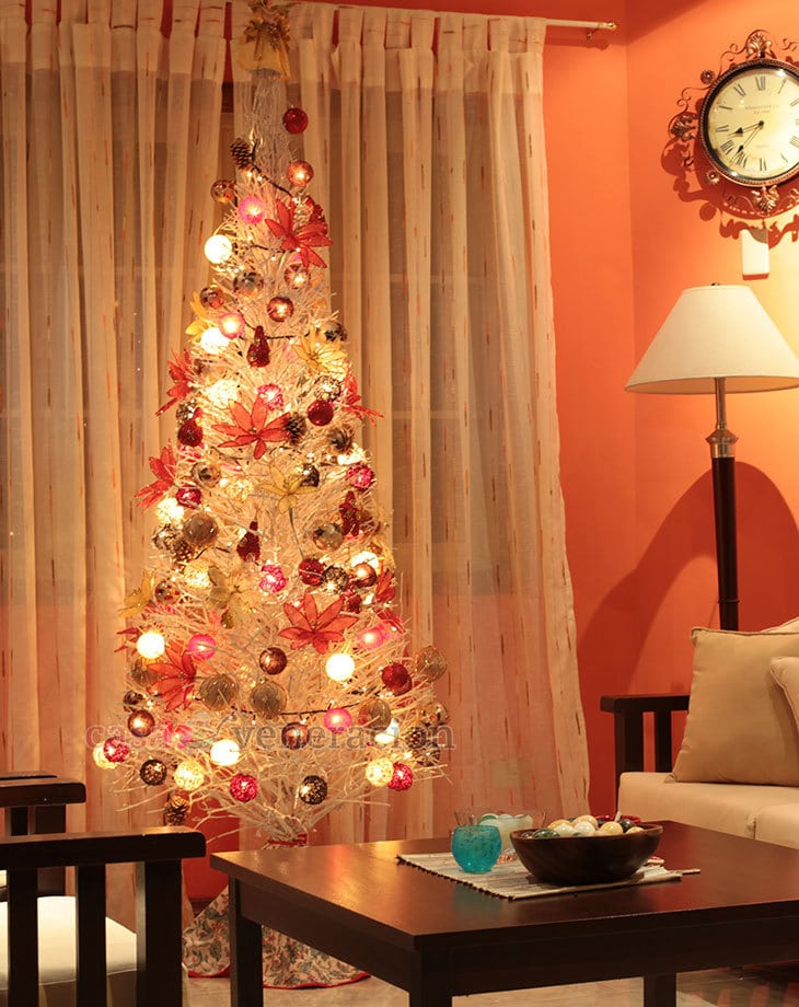 A white christmas tree with red and gold decor casa for Red green gold white christmas tree