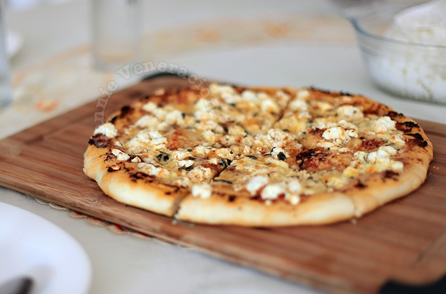 Greek-style two-cheese pizza | casaveneracion.com