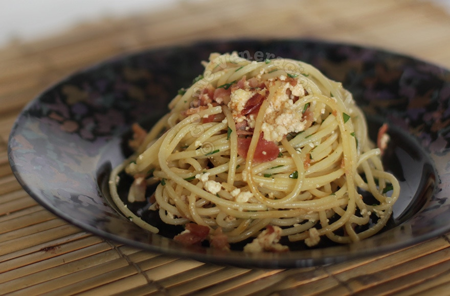 Spaghetti with bacon and ricotta | casaveneracion.com