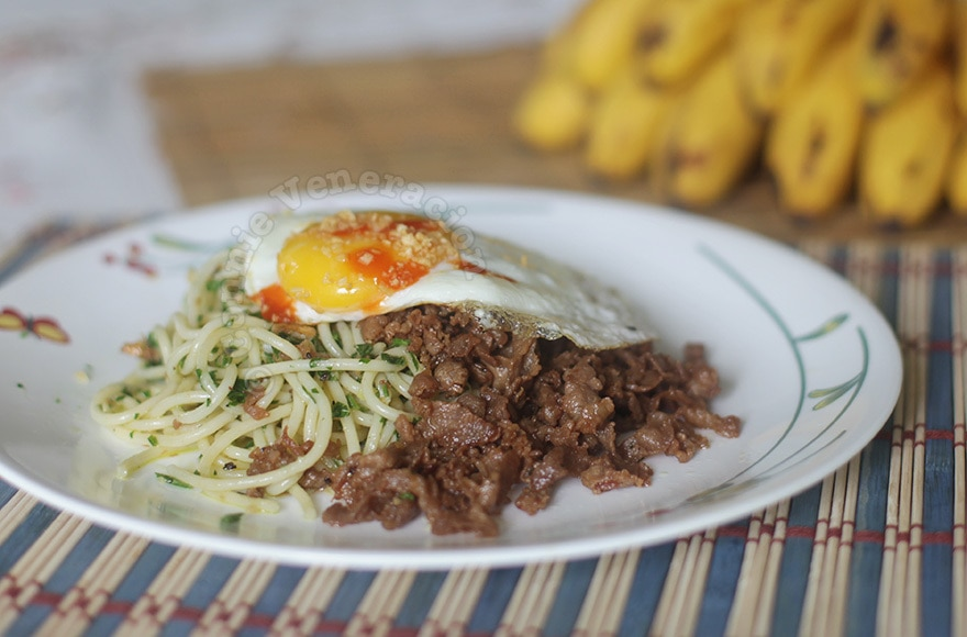 Spaghetti with malunggay pesto, pork tapa and egg | casaveneracion.com