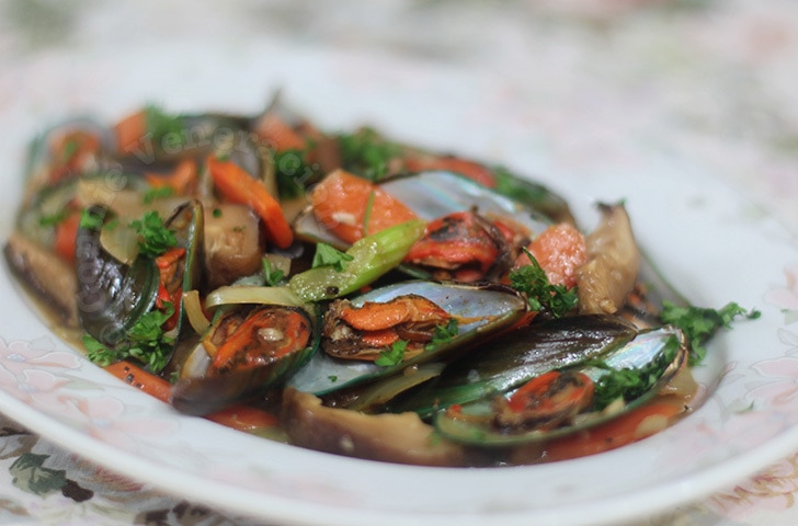 casaveneracion.com Stir fried mussels and shiitake mushrooms with oyster sauce