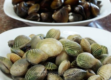Do mussels and clams need to be soaked before cooking?