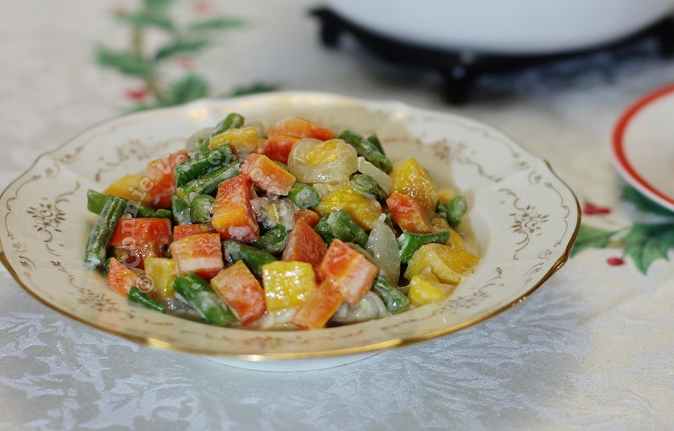 Mixed vegetables in coconut milk with semi-ripe mangoes | casaveneracion.com