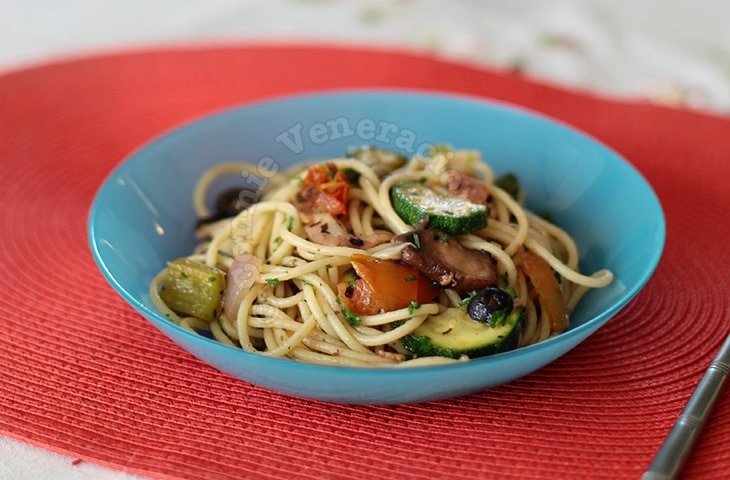 casaveneracion.com Garden-fresh summer pasta with a portobello mushrooms, zucchini, peppers, tomatoes and a little bacon