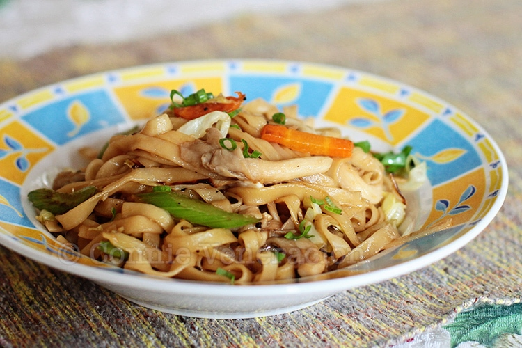 Vegetarian lo mein with fresh oyster mushrooms and soy-lemon sauce | casaveneracion.com