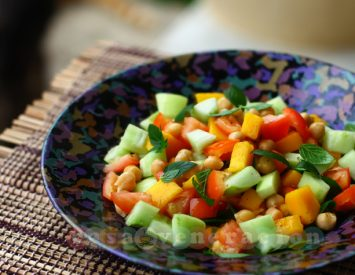 Chickpeas salad with fresh mango