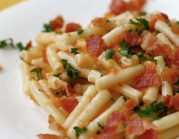 Macaroni with red bell pepper sauce