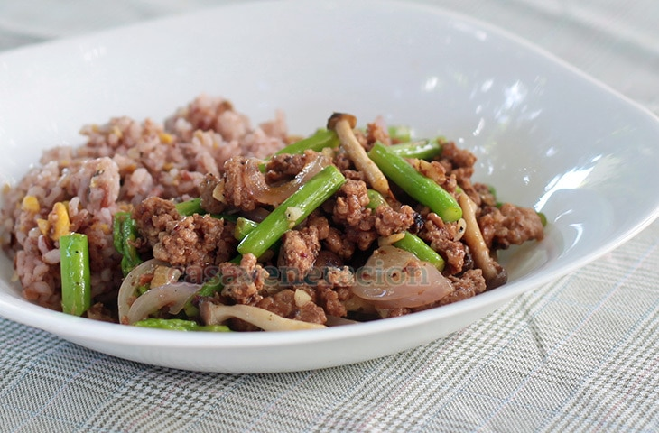 Spicy Ground Pork, Mushrooms and Asparagus Stir Fry | casaveneracion.com