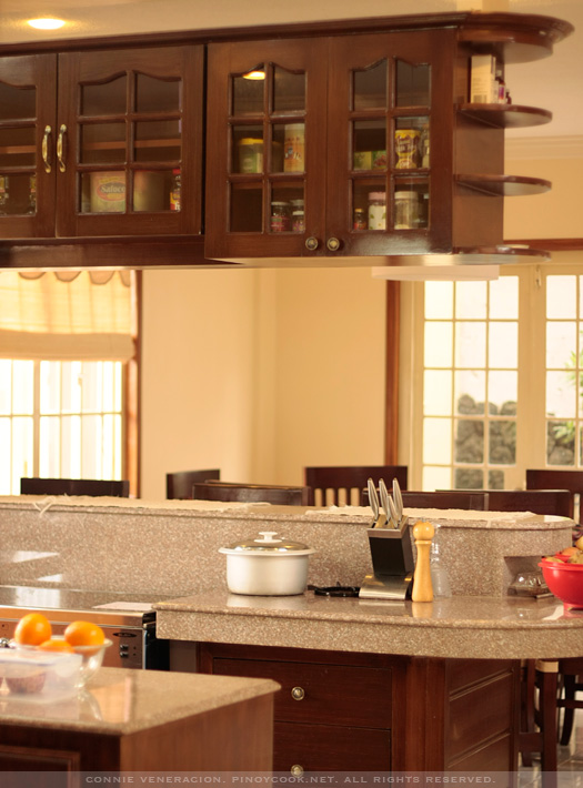 Welcome to my kitchen casa veneracion for Kitchen hanging cabinet design
