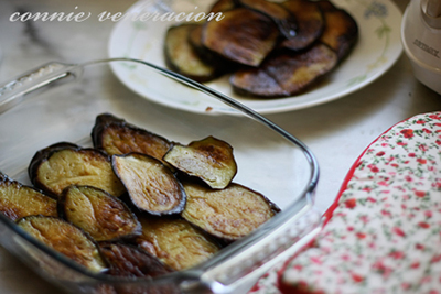 casaveneracion.com line the bottom of an oven proof dish with the cooked eggplants