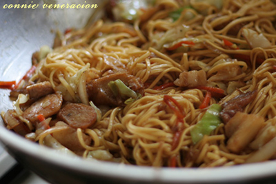 casaveneracion.com toss the cooked noodles with the meat and vegetables