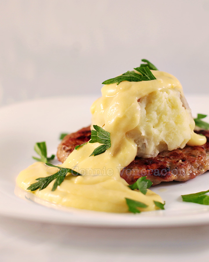 Meat and veggie burgers with cheese sauce   casaveneracion.com