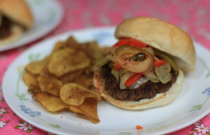 Burgers with pan-roasted onion and pepper relish | casaveneracion.com
