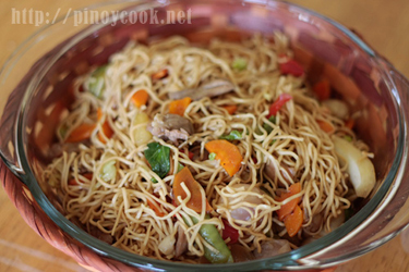 casaveneracion.com A pre-cooked stir fried dish is mixed with egg noodles for a totally new look