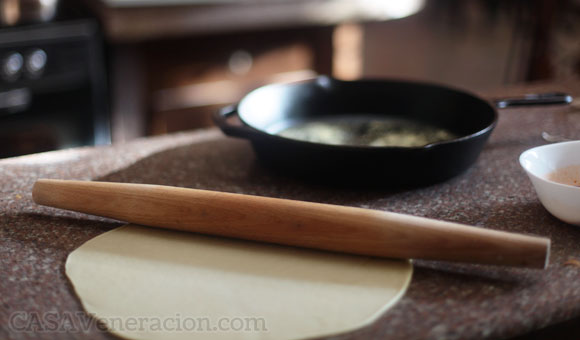 casaveneracion.com How to transfer rolled pie crust into the baking pan without breaking it