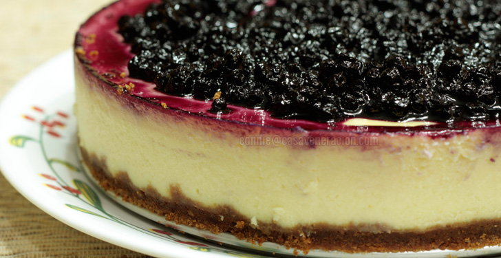 Cheesecake with homemade blueberry topping | casaveneracion.com