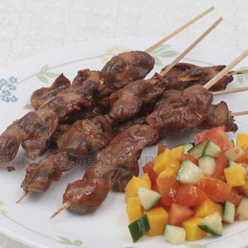 Barbecued balon-balonan ng manok, or chicken gizzards, is a popular street food in the Philippines. Along with barbecued chicken feet, pork ears and isaw (intestines), it is a finger food that goes well with beer. I find them too tough though. So, I did a home-cooked version—definitely tastier and oh, so tender too!