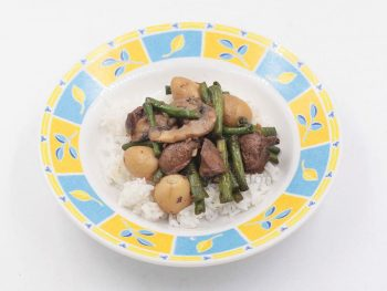 Marinated chicken livers are deep fried then tossed with stir fried garlicky string beans, mushrooms and quail eggs. A ketogenic diet friendly recipe.