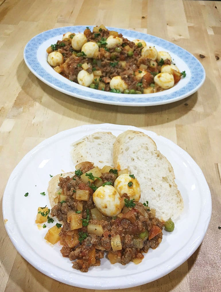 250 grams of ground beef can feed four people. The secret? Add vegetables and quail eggs. Try this 15-minute ground beef and quail eggs for dinner tomorrow!