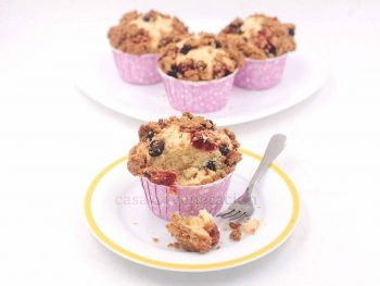 Strawberry and blueberry streusel cupcakes recipe