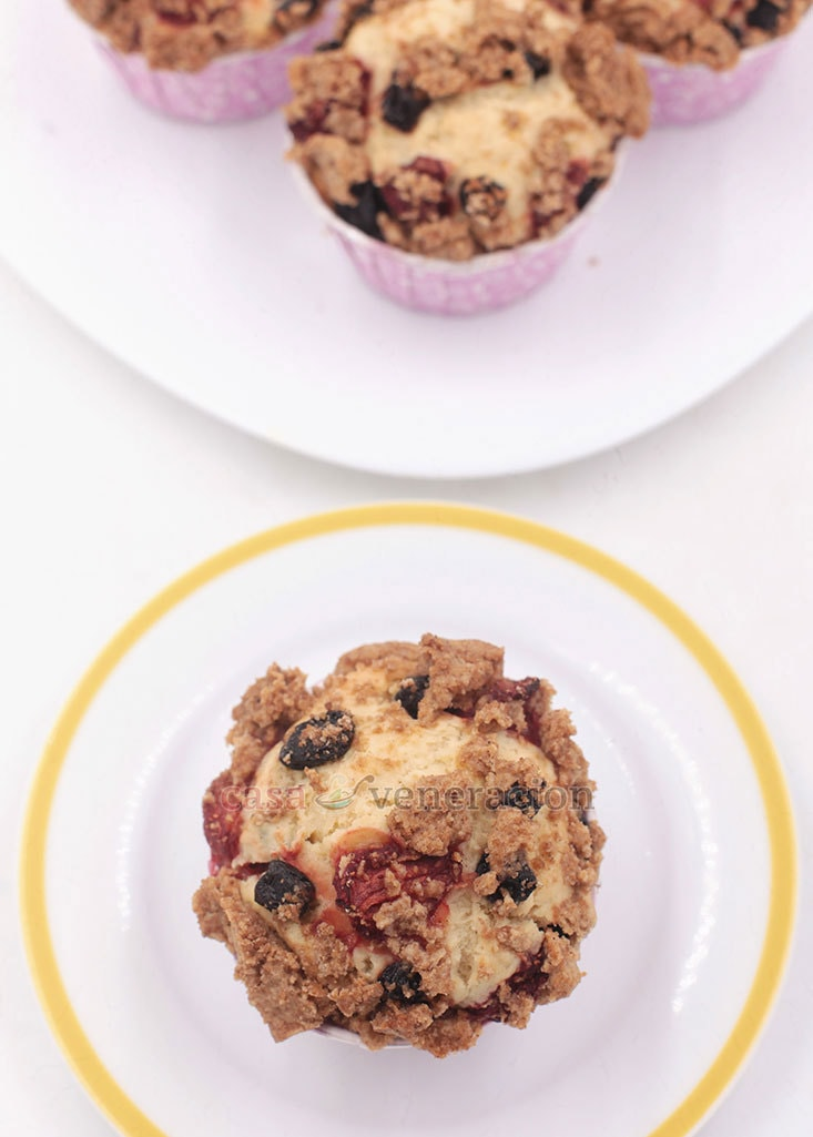 Strawberry and blueberry streusel cupcakes: perfect with coffee or tea