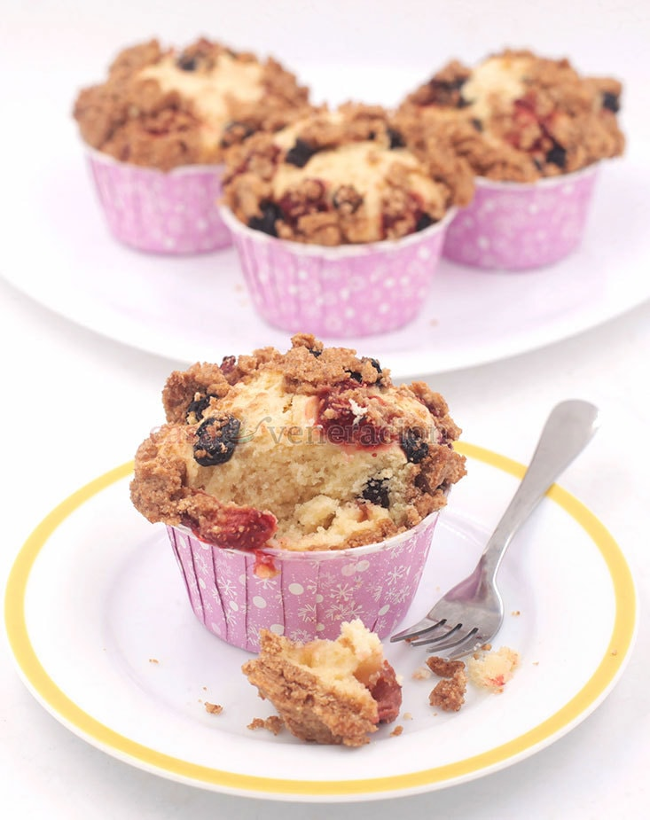 Enjoy your cup of coffee or tea with these strawberry and blueberry streusel cupcakes!