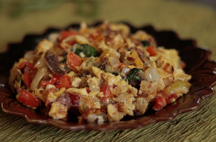 Brimming with Mediterranean flavors, this meal of scrambled eggs, anchovies, tomatoes and basil cooks in 10 minutes. That makes it an ideal breakfast dish for busy people who are not into cereals and other instant meals.