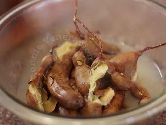How to extract tamarind juice: mash the tamarind to press out the juice