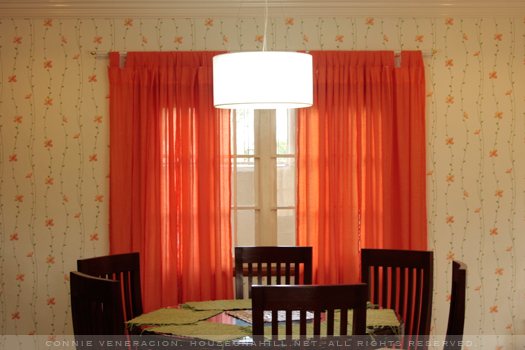 casaveneracion.com orange curtains in the same shade as the flowers in the wallpaper