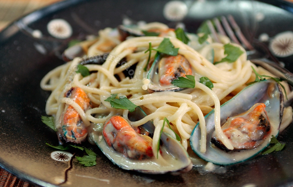 Pasta and mussels with cheese sauce | casaveneracion.com