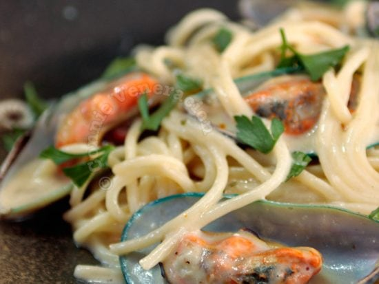 Pasta and mussels with cheese sauce