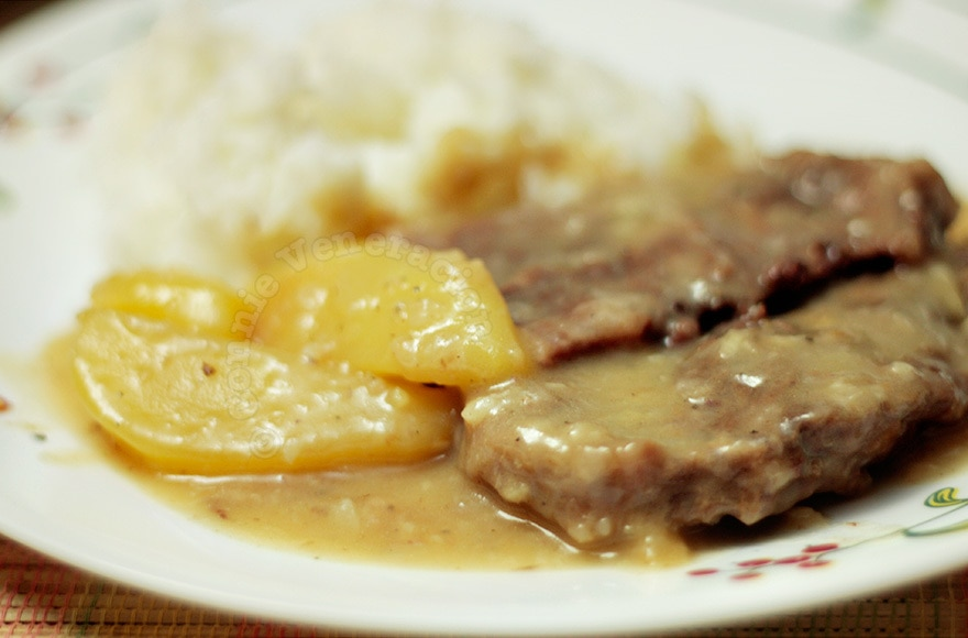 Boiled beef with gravy and potatoes | casaveneracion.com