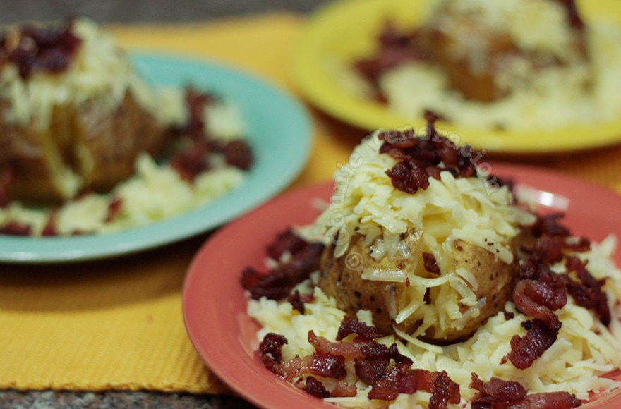 Cheesy Baked Potatoes With Crispy Bacon | casaveneracion.com