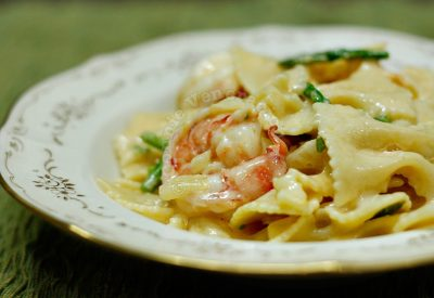Mac and cheese with prawns and asparagus