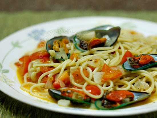 Spaghetti and mussels in white wine sauce