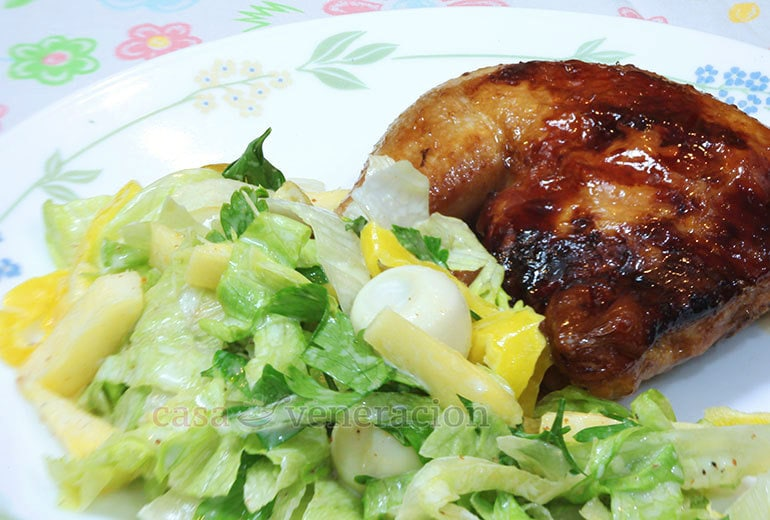 A lovely side dish to accompany your roast chicken, this lettuce, pineapple and quail eggs salad is a breeze to make!