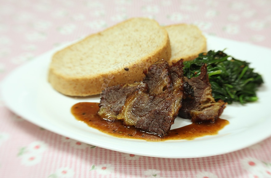 Barbecued beef brisket and garlicky spinach | casaveneracion.com