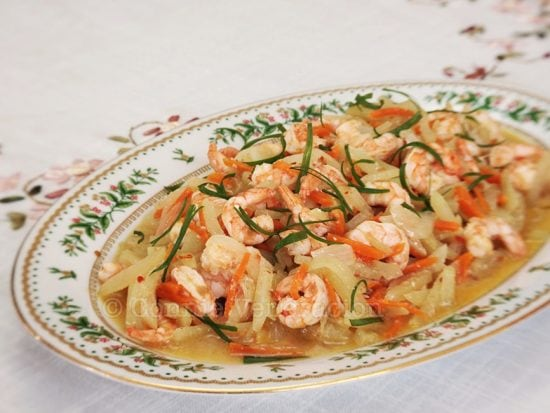Spicy shrimps and chayote in white wine