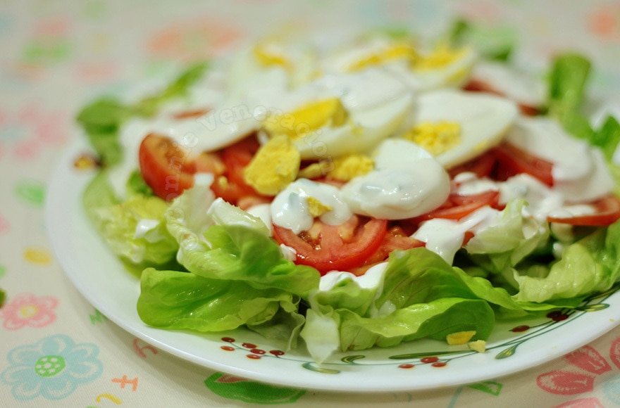 Lettuce, tomato and egg salad with cream cheese dressing | casaveneracion.com