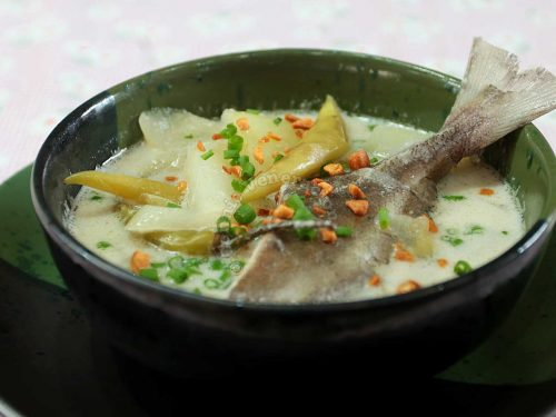 Spicy pompano and green papaya soup
