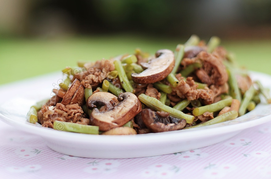 Pork, mushrooms and green beans adobo