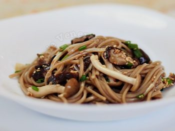 Sweet-sour soba noodles with three mushrooms