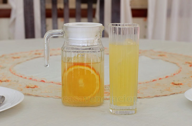 Agua de naranja y limón (orange and lemon drink)