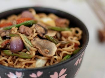 Lo mein with soy and lemon sauce
