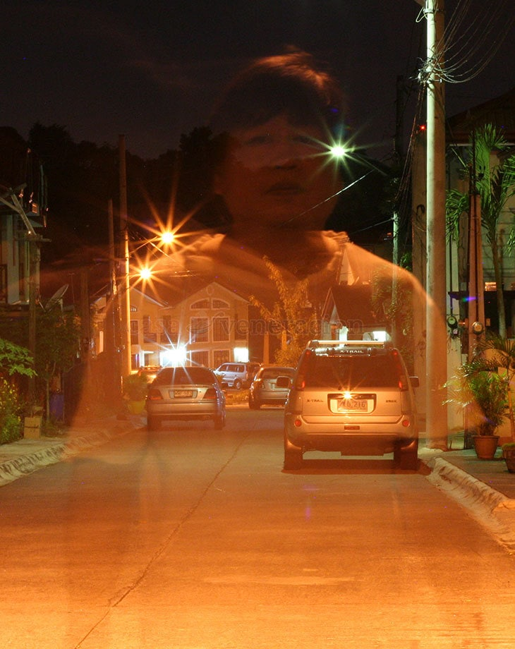 How to capture ghosts in photos: If someone says the existence of ghosts can be proved because ghosts have been captured in photos, before you believe any of it, analyze the photos first as there are lots of fake ghost photos.