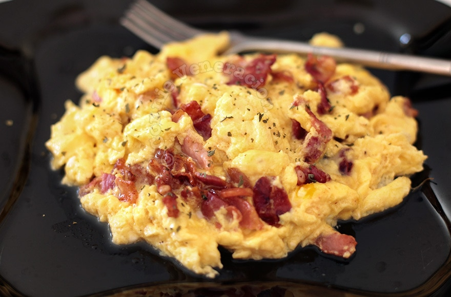 The best brunch ever: scrambled eggs, pancetta and sausages | casaveneracion.com
