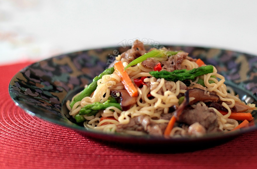 Sweet and spicy noodles with beef and vegetables | casaveneracion.com