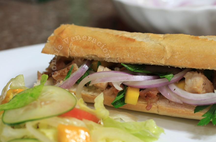 Barbecued pork sandwich with mangoes and red onions | casaveneracion.com